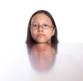 Adolescente con su reflexión VI de la cara Imagen de archivo