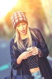 Adolescente con su smartphone Fotos de archivo