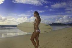 Adolescente con su tabla hawaiana Fotos de archivo