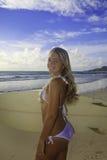 Adolescente con su tabla hawaiana Foto de archivo libre de regalías