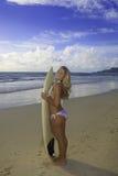 Adolescente con su tabla hawaiana Fotografía de archivo