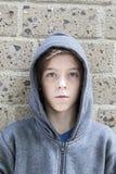 Adolescente con sudadera con capucha gris Foto de archivo libre de regalías