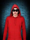 Adolescente con sudadera con capucha roja Imagenes de archivo