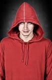 Adolescente con sudadera con capucha roja Imágenes de archivo libres de regalías