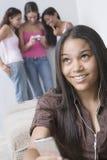 Adolescente con sus amigos Imágenes de archivo libres de regalías
