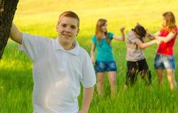 Adolescente con sus amigos en la naturaleza Foto de archivo