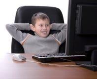 Adolescente con sus pies para arriba en un escritorio Fotos de archivo libres de regalías