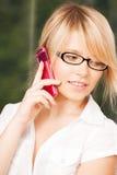 Adolescente con teléfono celular la llamada Imagen de archivo