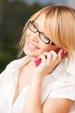 Adolescente con teléfono celular la llamada Fotos de archivo