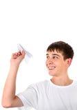 Adolescente con un avión de papel Imagen de archivo libre de regalías