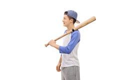 Adolescente con un bate de béisbol y un casquillo Fotografía de archivo libre de regalías