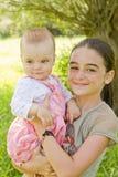 Adolescente con un bebé Fotografía de archivo
