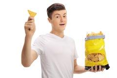 Adolescente con un bolso de las patatas fritas Imagen de archivo