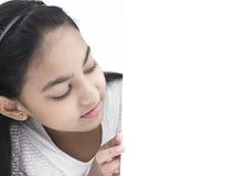 Adolescente con un cartel blanco Imagen de archivo libre de regalías