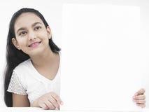 Adolescente con un cartel blanco Foto de archivo libre de regalías