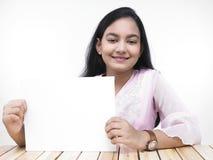 Adolescente con un cartel en blanco Imagen de archivo libre de regalías