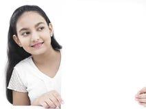 Adolescente con un cartel en blanco Foto de archivo