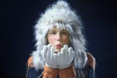Adolescente con un casquillo de la piel Imagenes de archivo