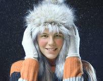 Adolescente con un casquillo de la piel Imagen de archivo