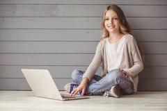 Adolescente con un computer portatile Fotografia Stock Libera da Diritti