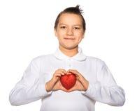 Adolescente con un corazón en sonrisas de las manos Imagen de archivo