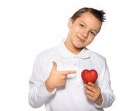Adolescente con un corazón en sonrisas de las manos Fotografía de archivo libre de regalías