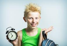 Adolescente con un despertador Fotografía de archivo libre de regalías