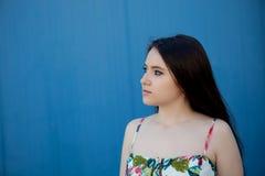 Adolescente con un fondo azul Foto de archivo
