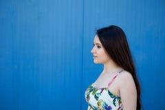 Adolescente con un fondo azul Fotografía de archivo