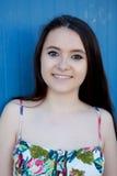 Adolescente con un fondo azul Fotos de archivo