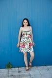 Adolescente con un fondo azul Fotografía de archivo libre de regalías
