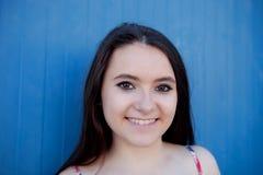 Adolescente con un fondo azul Imagen de archivo libre de regalías