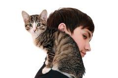 Adolescente con un gatito (foco en el animal) Imagenes de archivo