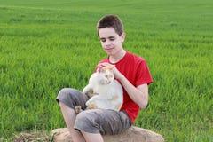 Adolescente con un gato Fotos de archivo libres de regalías