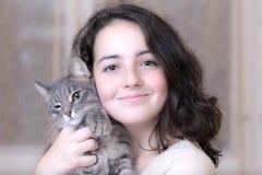 Adolescente con un gato del animal doméstico Imagen de archivo