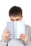 Adolescente con un libro Imágenes de archivo libres de regalías