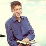 Adolescente con un libro Fotos de archivo libres de regalías