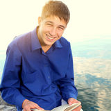 Adolescente con un libro Imagen de archivo libre de regalías
