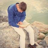 Adolescente con un libro Foto de archivo libre de regalías
