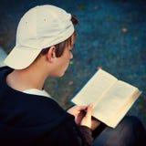 Adolescente con un libro Foto de archivo