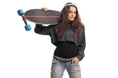 Adolescente con un longboard Imágenes de archivo libres de regalías