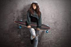 Adolescente con un longboard Fotos de archivo