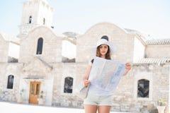 Adolescente con un mapa en un viaje de la ciudad Imagen de archivo libre de regalías