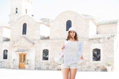 Adolescente con un mapa en un viaje de la ciudad Foto de archivo libre de regalías