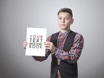 Adolescente con un modelo blanco en la mano Imagenes de archivo