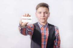 Adolescente con un modelo blanco en la mano Fotos de archivo