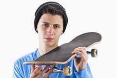 Adolescente con un monopatín Foto de archivo libre de regalías