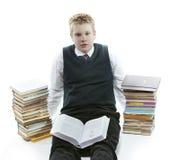 Adolescente con un montón de libros de texto Estaba cansado de homeworks Fotografía de archivo