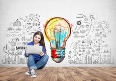 Adolescente con un ordenador portátil, idea del negocio Fotografía de archivo libre de regalías