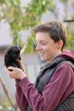 Adolescente con un pequeño perrito Imágenes de archivo libres de regalías